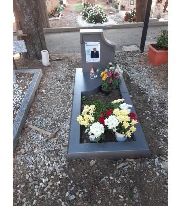 Monument funéraire provisoire, couleur gris